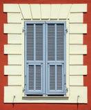 Buntes Mittelmeerfenster mit blauen Blendenverschlüssen Lizenzfreie Stockbilder