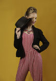 Buntes modernes Pin-up-Girl mit Hut und Jacke Lizenzfreies Stockbild