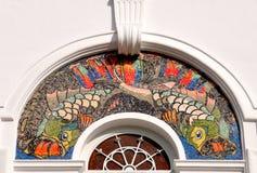 Buntes Mosaik deckte Torbogen mit Ziegeln lizenzfreie stockbilder