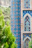Buntes Mosaikmuster von alten Schwefelbädern in der alten Stadt in Tiflis Georgia Grüner Baumvordergrund stockfotos