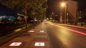 Buntes Nachtstadtleben timelapse, Straße und Bäume landcape stock video