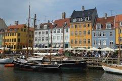 Buntes Nyhavn und hölzerne Boote lizenzfreies stockfoto
