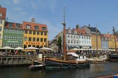 Buntes Nyhavn und hölzerne Boote stockfotografie