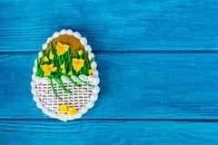 Buntes Ostern-Plätzchen auf blauem hölzernem Hintergrund Stockbild
