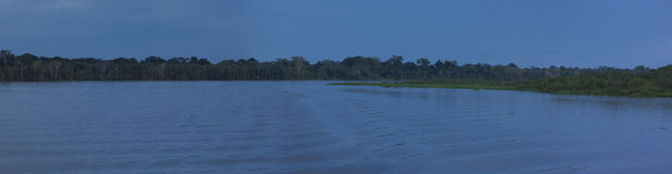 Buntes Panorama und Sonnenuntergang auf dem Fluss im Amazonas stockbild