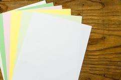 Buntes Papier auf hölzerner Tabelle lizenzfreie stockbilder