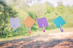 Buntes Papier für Anmerkungen werden an ein Seil mit bunter PlastikWäscheklammer gehangen stockbild