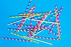 Buntes Papierstroh über blauem backgorund stockbilder