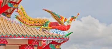 Buntes Phoenix auf Tempeldach lizenzfreie stockfotos