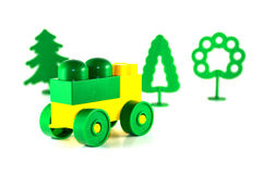 Buntes Plastikbauklotzauto und -bäume Stockfotografie