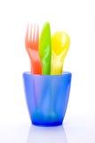 Buntes Plastiktischbesteck im Cup stockbilder
