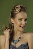Buntes Porträt des spielerischen blonden Mädchens im hellen Make-up Stockfotos