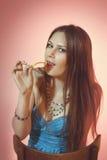Buntes Porträt von den sinnlichen Frauen, die Kartoffelchip essen Lizenzfreie Stockfotografie