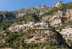 Buntes Positano, das Juwel der Amalfi-Küste, wenn seinen mehrfarbigen Häusern und Gebäude auf einer übersehenden gehockt sind Gro lizenzfreie stockfotografie