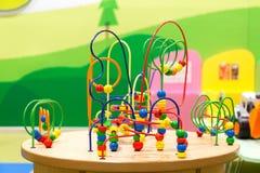 Buntes Puzzlespiel-Spielzeug für Kinder auf einer Tabelle am Spielplatz Stockfoto