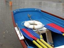 Buntes Rettungsboot im Wasser Lizenzfreies Stockfoto