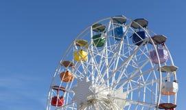 Buntes Riesenrad auf dem Hintergrund des blauen Himmels stockbild