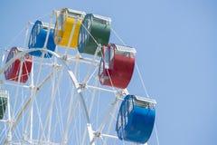 Buntes Riesenrad mit blauem Himmel Stockbild