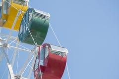 Buntes Riesenrad mit blauem Himmel Lizenzfreie Stockfotografie