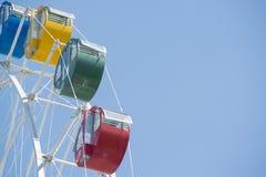 Buntes Riesenrad mit blauem Himmel Lizenzfreies Stockbild