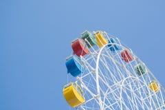 Buntes Riesenrad mit blauem Himmel Stockfotografie