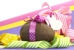 Buntes rosa, gelbes und purpurrotes Thema glückliches Ostern-Thema mit Schokoladenei und -Geschenkbox Stockbild