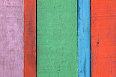 Buntes rotes, blaues Grün, rosa hölzerner Hintergrund Stockfotografie