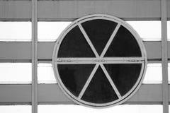 Buntes rundes Fenster auf Holzoberfläche Stockbilder