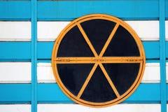 Buntes rundes Fenster auf Holzoberfläche Lizenzfreie Stockfotografie