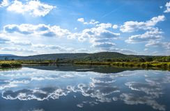 Buntes Seen Sarena-jezera nahe Knin Lizenzfreie Stockfotos