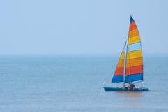 Buntes Segelboot Lizenzfreie Stockfotografie