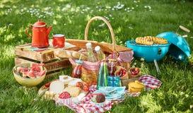 Buntes Sommer BBQ-Picknick draußen in einer Wiese stockfotografie