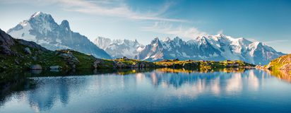 Buntes Sommerpanorama des Gummilack Blanc Sees mit Mont Blanc lizenzfreie stockbilder