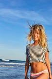 Buntes sonniges Porträt der sexy Frau im Badeanzug Lizenzfreie Stockbilder