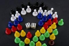 Buntes Spiel stellt dar und würfelt mit Doppeltem sechs Stockbild