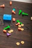 Buntes Spielzeug auf hölzerner Tabelle Lizenzfreie Stockfotografie