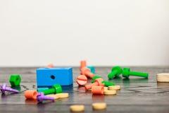 Buntes Spielzeug auf hölzerner Tabelle Lizenzfreie Stockfotos