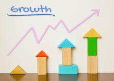 Buntes Spielzeug mit steigendem grafischem Diagramm für Wachstum Stockfoto