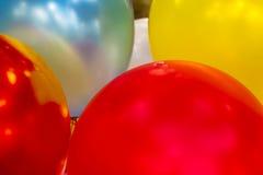 Buntes Spielzeug steigt Nahaufnahme im Ballon auf stockfoto