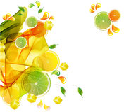 Buntes Spritzen des Orangen- und Limettensaftes Lizenzfreie Stockbilder