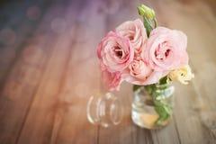 Buntes Stillleben mit Rosen im Glasvase Stockbild