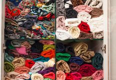 Buntes Stoffgewebe der Garderobe auf Regalmode Stockfoto