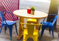Buntes Straßencafé im Sommer Lizenzfreie Stockbilder