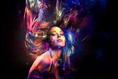 Buntes Tanzpartymädchen mit dem Haar in der Bewegung stockfotos