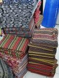 Buntes thailändisches Artgewebe im Markt Chiang Mai, Thailand stockfotos