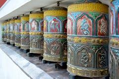 Buntes tibetian Gebet dreht herein Swayambhunath-Tempel, Kathma Lizenzfreie Stockfotografie