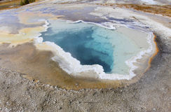 Buntes tiefes thermisches Pool, Yellowstone-nantional Park, USA Stockbilder