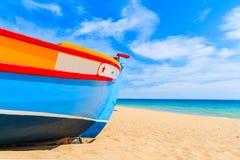 Buntes typisches Fischerboot auf sandigem Strand Lizenzfreie Stockfotografie