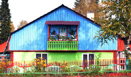 Buntes und nettes Haus mit einem Balkon Lizenzfreie Stockfotografie