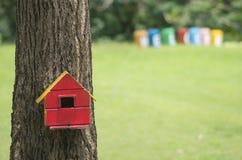 Buntes Vogelhaus im grünen Garten stockfotografie